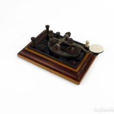 Antigüedades: PULSADOR O MANDO DE TELÉGRAFO- HUESO METAL Y MADERA- CA.1900. Lote 230893350