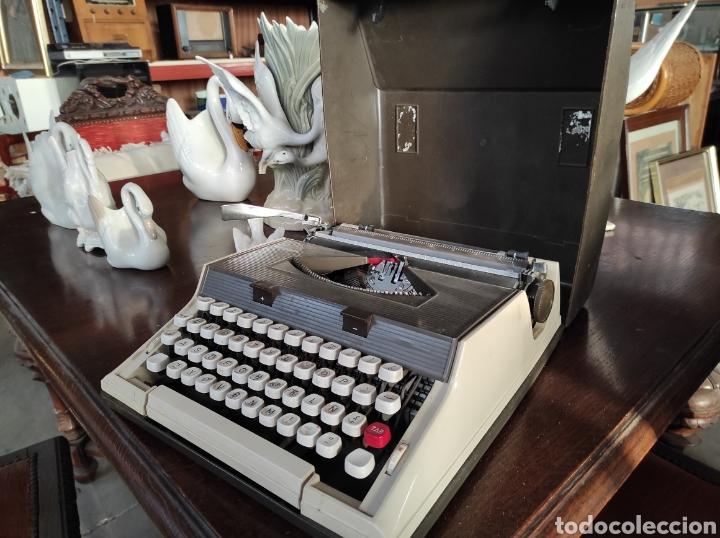 Antigüedades: Maquina de escribir portatil, fabricación portuguesa. Vintage. - Foto 3 - 231015030