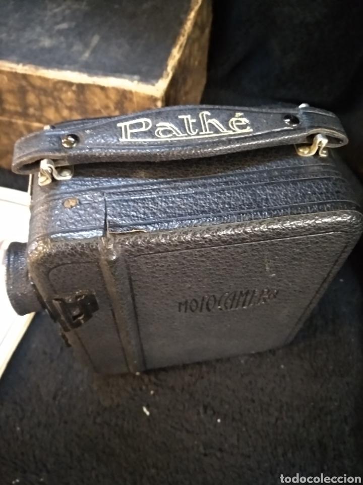 Antigüedades: Antigua cámara de filmar Pathe, con caja y folleto original, Funciona - Foto 2 - 231164380