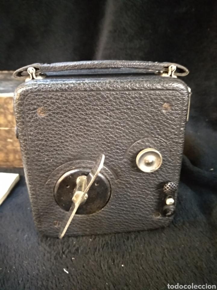 Antigüedades: Antigua cámara de filmar Pathe, con caja y folleto original, Funciona - Foto 5 - 231164380
