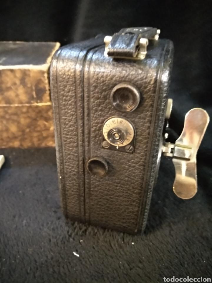 Antigüedades: Antigua cámara de filmar Pathe, con caja y folleto original, Funciona - Foto 6 - 231164380