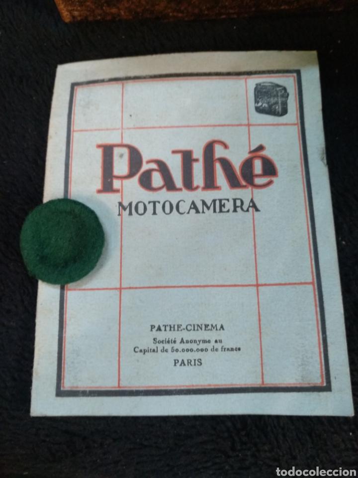 Antigüedades: Antigua cámara de filmar Pathe, con caja y folleto original, Funciona - Foto 7 - 231164380
