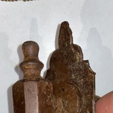 Antiquités: LLAMADOR O ALDABA ANTIGUO DE FORJA COMPLETO DE 23 CMS. DE LARGO. Lote 231413925