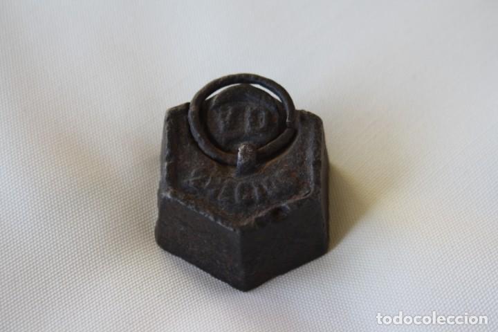 MUY ANTIGUA PESA DE HIERRO CON ANILLA – 200 GR. 2 HECTOGRAMOS. PLOMO INTERIOR – PARA DECORACION (Antigüedades - Técnicas - Medidas de Peso Antiguas - Otras)
