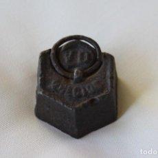 Antigüedades: MUY ANTIGUA PESA DE HIERRO CON ANILLA – 200 GR. 2 HECTOGRAMOS. PLOMO INTERIOR – PARA DECORACION. Lote 231797245