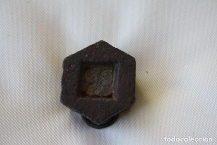 Antigüedades: MUY ANTIGUA PESA DE HIERRO CON ANILLA – 200 GR. 2 HECTOGRAMOS. PLOMO INTERIOR – PARA DECORACION - Foto 3 - 231797245