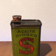Antigüedades: ANTIGUA LATA ACEITE. SINGER. PARA MAQUINAS DE COSER. VACIA.. Lote 232077735