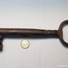 Antigüedades: LLAVE DE PORTON HUECA DE FORJA GRANDES DIMENSIONES SIGLO XVIII ESPECTACULAR. Lote 232477677