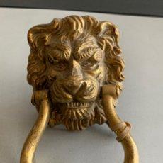 Antigüedades: ALDABA DE BRONCE. CABEZA DE LEON. 17 CM. Lote 232803247