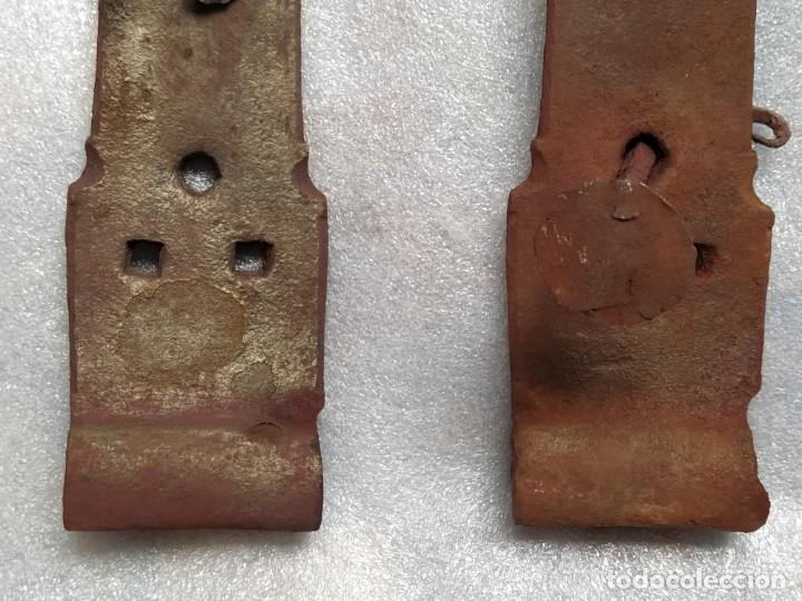 Antigüedades: EXCELENTE LOTE DE DOS ANTIGUOS HERRAJES - BISAGRAS DE FORJA PARA PUERTA Ó PORTÓN. SIGLO XVII - XVIII - Foto 5 - 232816596