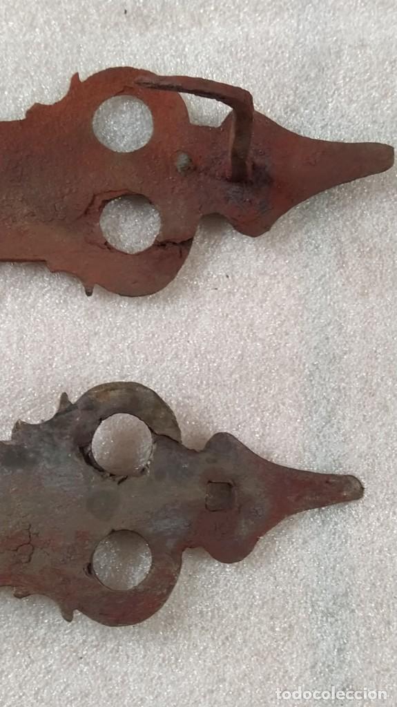 Antigüedades: EXCELENTE LOTE DE DOS ANTIGUOS HERRAJES - BISAGRAS DE FORJA PARA PUERTA Ó PORTÓN. SIGLO XVII - XVIII - Foto 9 - 232816596