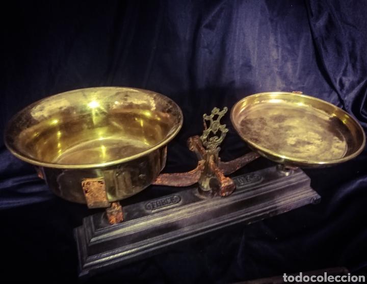 Antigüedades: MAGNÍFICA ANTIGUA BALANZA PLATOS BRONCE, PESAS EN SU ANTIGUA CAJA MADERA. 10 KG. - Foto 3 - 233027106