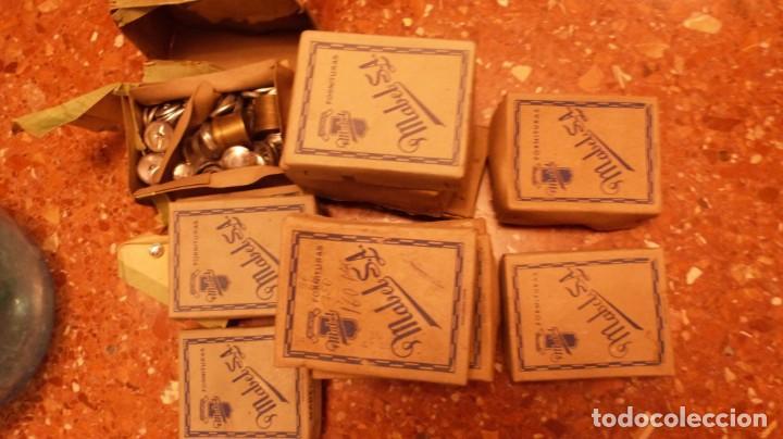 FORNITURAS MABEL S.A. 12 CAJAS BOTON FORRAR CON REMACHADORES BRONCE, Y 1 CAJA ACCESORIOS COSER. (Antigüedades - Técnicas - Máquinas de Coser Antiguas - Complementos)