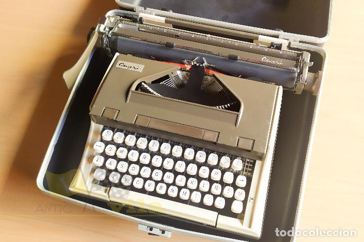 MAQUINA DE ESCRIBIR PORTATIL CAPRI - CON MALETIN DE TRANSPORTE ORIGINAL Y CON LLAVE (Antigüedades - Técnicas - Máquinas de Escribir Antiguas - Otras)