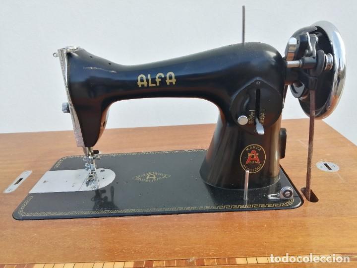 Antigüedades: Maquina antigua de coser ALFA con pie mesa pedal hierro - Foto 2 - 233448685