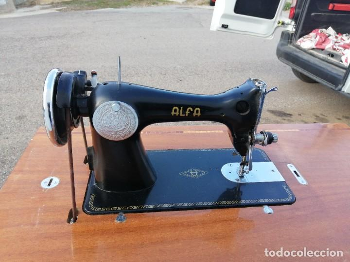 Antigüedades: Maquina antigua de coser ALFA con pie mesa pedal hierro - Foto 3 - 233448685