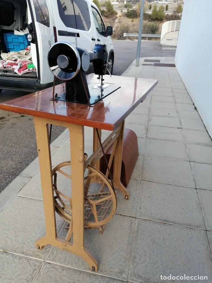 Antigüedades: Maquina antigua de coser ALFA con pie mesa pedal hierro - Foto 7 - 233448685