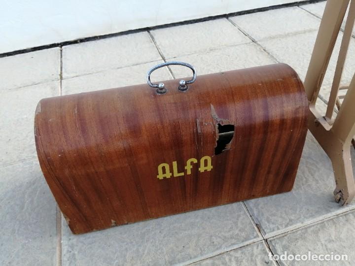 Antigüedades: Maquina antigua de coser ALFA con pie mesa pedal hierro - Foto 8 - 233448685