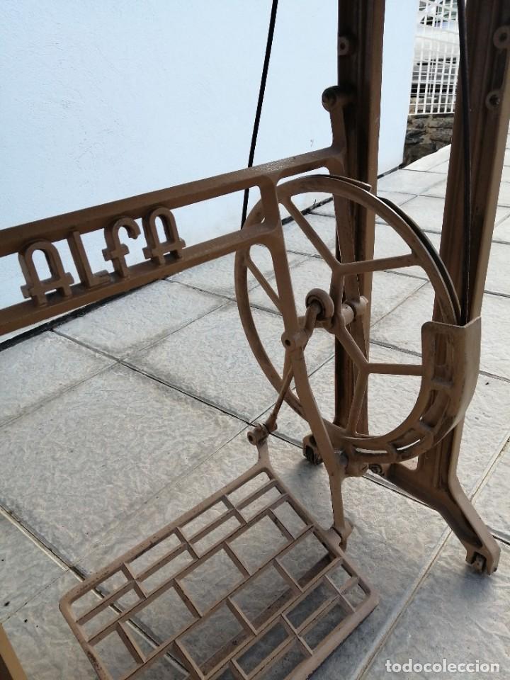 Antigüedades: Maquina antigua de coser ALFA con pie mesa pedal hierro - Foto 10 - 233448685