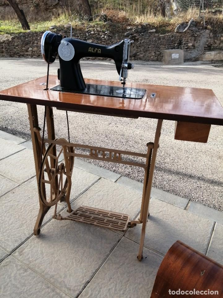 Antigüedades: Maquina antigua de coser ALFA con pie mesa pedal hierro - Foto 11 - 233448685