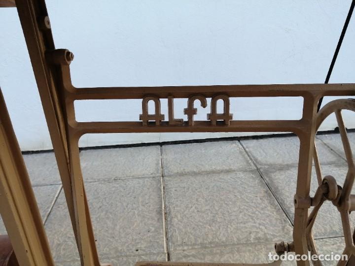 Antigüedades: Maquina antigua de coser ALFA con pie mesa pedal hierro - Foto 13 - 233448685