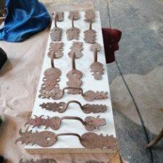 Antigüedades: LOTE DE TIRADORES DE PUERTAS ANTIGUAS. Lote 233479925