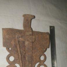Antigüedades: PESTILLO CERRADURA DE FORJA S XVII. Lote 233560745