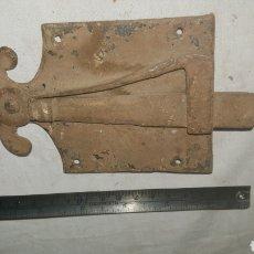 Antigüedades: PESTILLO CERRADURA DE FORJA S XVII. Lote 233563930