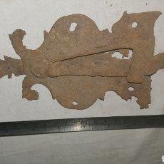 Antigüedades: PESTILLO CERRADURA DE FORJA S XVII. Lote 233564220