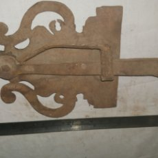 Antigüedades: PESTILLO CERRADURA DE FORJA S XVII. Lote 233564735