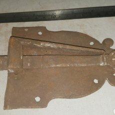 Antigüedades: PESTILLO CERRADURA DE FORJA S XVII. Lote 233567005