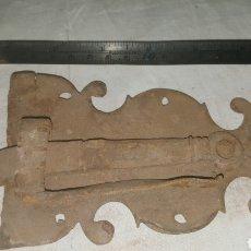 Antigüedades: PESTILLO CERRADURA DE FORJA S XVII. Lote 233568210