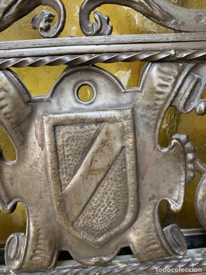 Antigüedades: PUERTA DE PASILLO MADERA TALLADA Y FORJA MEDALLONES Y GRIFOS TOLEDO CALIDAD 191X74X5C - Foto 20 - 233811905