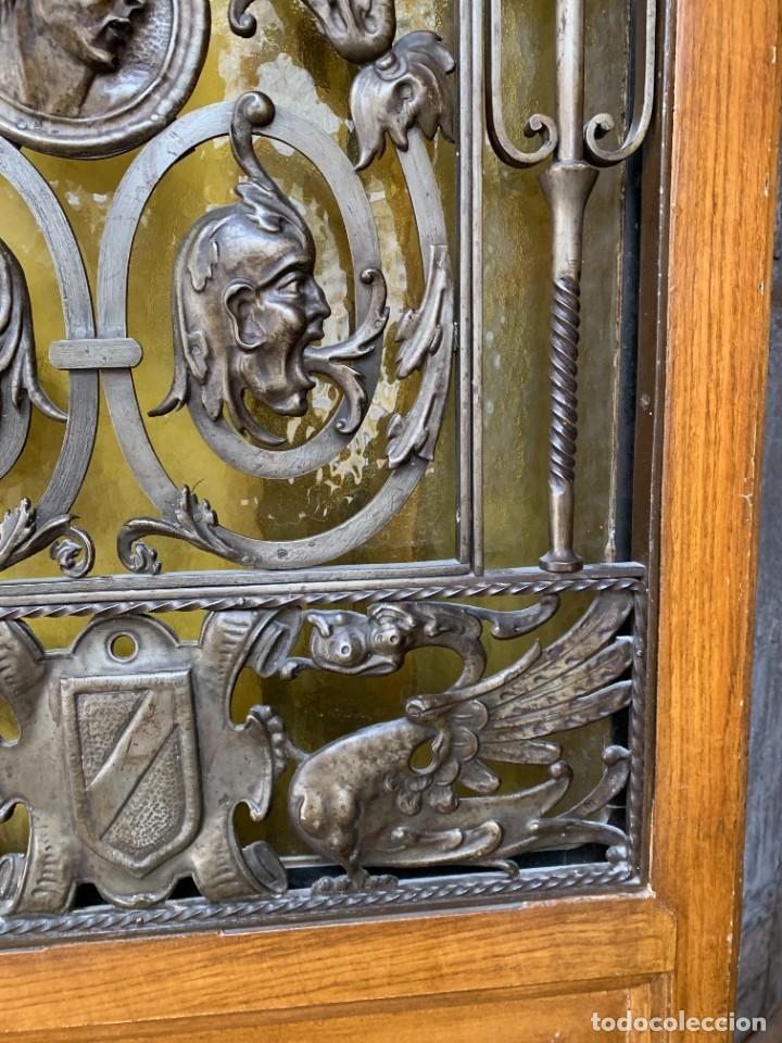 Antigüedades: PUERTA DE PASILLO MADERA TALLADA Y FORJA MEDALLONES Y GRIFOS TOLEDO CALIDAD 191X74X5C - Foto 21 - 233811905
