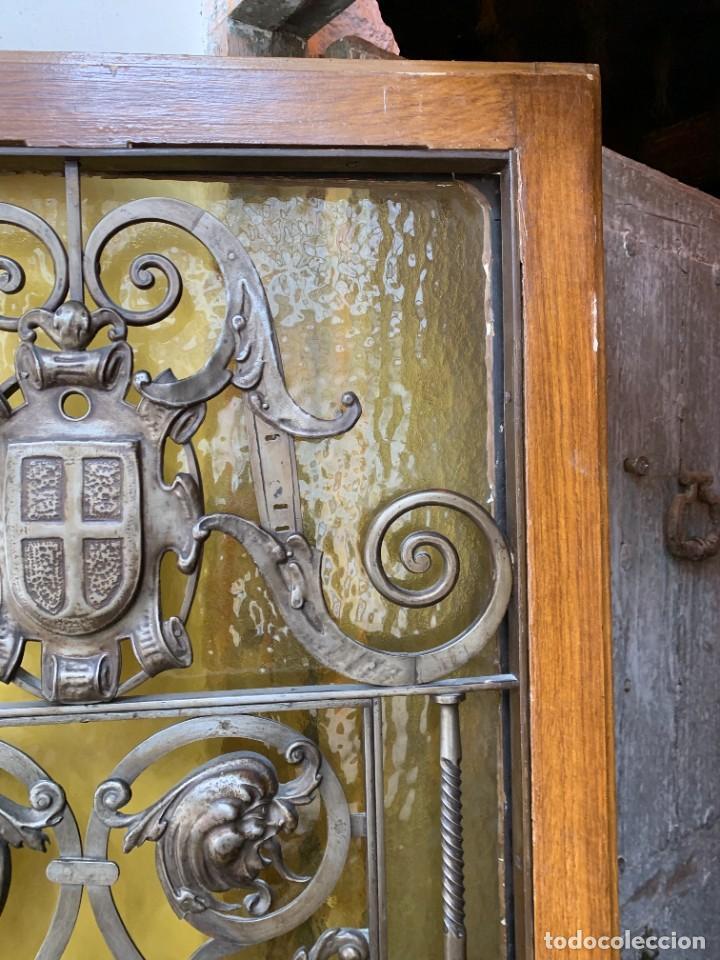 Antigüedades: PUERTA DE PASILLO MADERA TALLADA Y FORJA MEDALLONES Y GRIFOS TOLEDO CALIDAD 191X74X5C - Foto 32 - 233811905