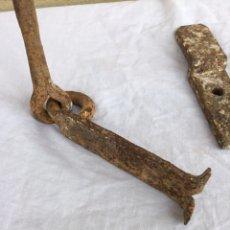 Antigüedades: ANTIGUA BARRA DE HIERRO FORJADO. 110 CM PARA CANDADO CERRADURA O LLARES. S. XVIII-XIX.. Lote 234179260