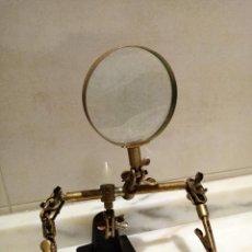 Antiquités: LUPA PARA MANUALIDADES CON BASE DE HIERRO. Lote 234698610