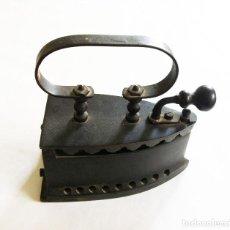 Antigüedades: PLANCHA ANTIGUA DE METAL. Lote 234830350