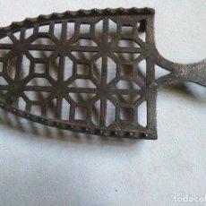 Antigüedades: ANTIGUO POSAPLANCHAS DE HIERRO FORJADO A MANO MUY TRABAJADO.N° 3.450GR.. Lote 235290755