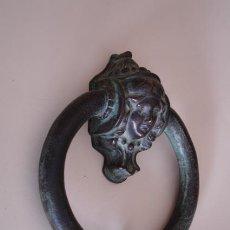Antigüedades: BELLA ALDABA DE BRONCE. Lote 235319135