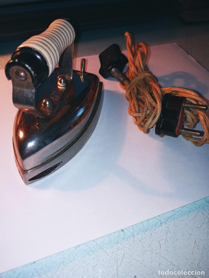 PLANCHA ELECTRICA ANTIGUA Y PEQUEÑA. 12.5 X 7 X 8.5 CON SUS ACCESORIOS. DESCRIPCION Y FOTOS. (Antigüedades - Técnicas - Planchas Antiguas - Eléctricas)