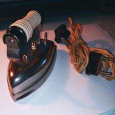 Antigüedades: PLANCHA ELECTRICA ANTIGUA Y PEQUEÑA. 12.5 X 7 X 8.5 CON SUS ACCESORIOS. DESCRIPCION Y FOTOS.. Lote 235650365