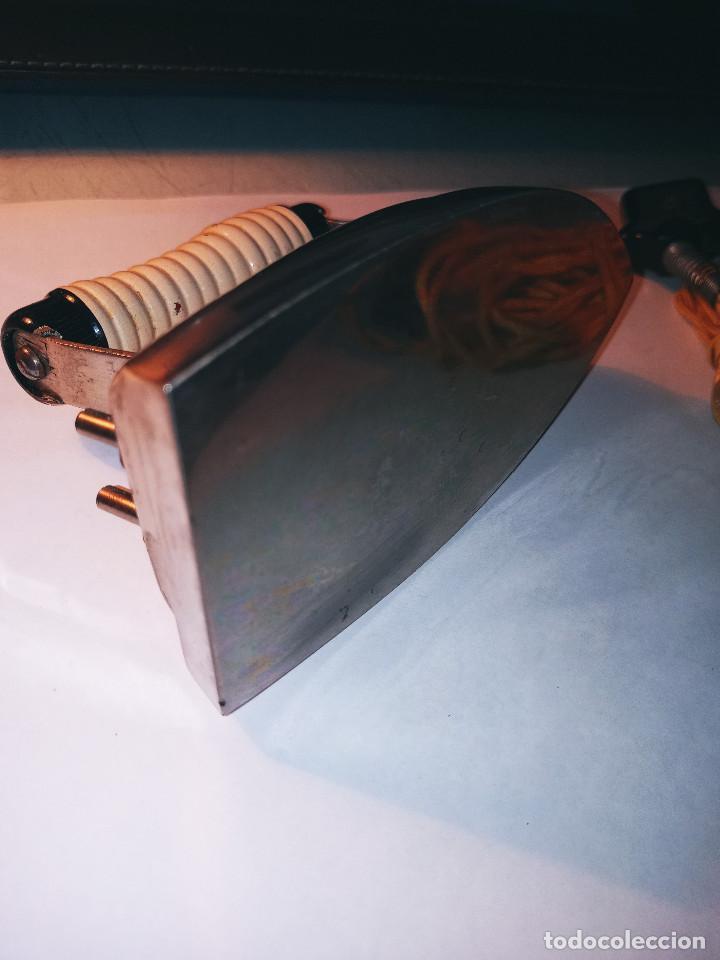 Antigüedades: PLANCHA ELECTRICA ANTIGUA Y PEQUEÑA. 12.5 X 7 X 8.5 CON SUS ACCESORIOS. DESCRIPCION Y FOTOS. - Foto 9 - 235650365