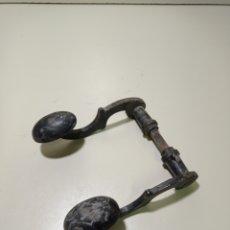 Antigüedades: ANTIGUA MANIVELA PARA PUERTA. HECHA DE HIERRO DECORADO. AÑOS 60 O ANTERIOR.. Lote 235701710