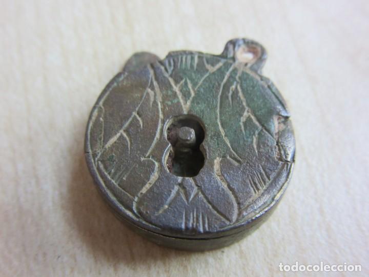 BONITO CANDADO DECORADO POSIBLE S XVI-XVII DIAMETRO 1,8 CMS (Antigüedades - Técnicas - Cerrajería y Forja - Candados Antiguos)