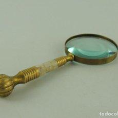 Antiquités: VINTAGE LUPA DE LATON O BRONCE DECORADA CON NACAR. Lote 235730910