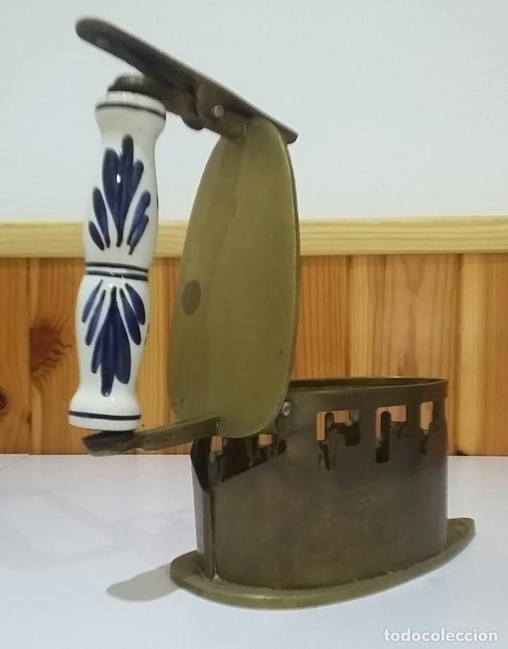 Antigüedades: PLANCHA ANTIGUA LATÓN MANGO DE CERÁMICA PRINCIPIOS SIGLO XX EN MUY BUEN ESTADO - Foto 4 - 235732315