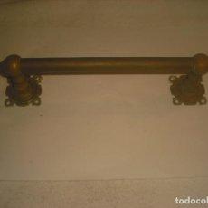 Antigüedades: ANTIGUO TIRADOR METALICO DE PUERTA 29 CM.. Lote 235874730