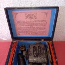 Antigüedades: ANTIGUA LINTERNA MAGICA CON CAJA Y CRISTALES. Lote 235890225