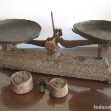 Oggetti Antichi: ANTIGUA BÁSCULA, BALANZA DE HIERRO CON DOS PLATOS PARA RESTAURAR. Lote 235896920